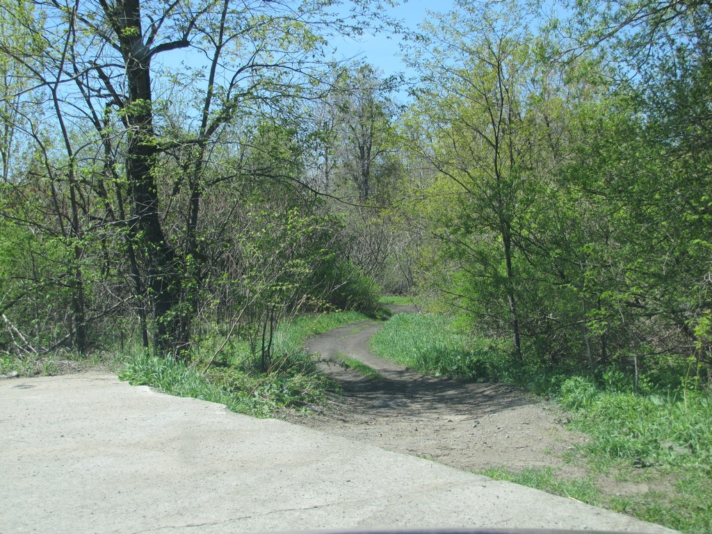 Entrance to the trail, from the parking lot at Great Bend end